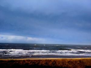 Ondanks het ruige karakter van de zee, was van wind nauwelijks sprake op de uitzichtheuvel/trektelpost